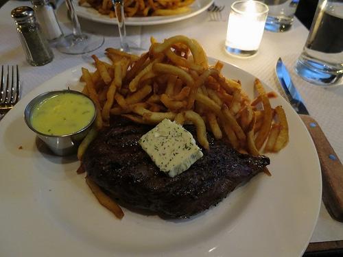 steak frites avec sauce, un bel exemple de graisses saturées surabondantes
